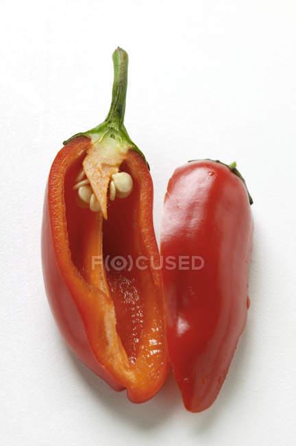 Peperoncino rosso dimezzato — Foto stock