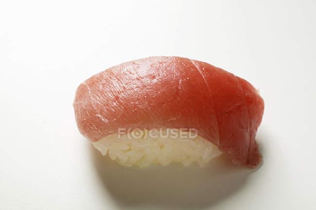 Нігірі-суші з тунцем — стокове фото