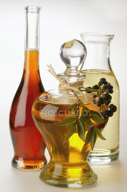 Huile d'olive sur blanc — Photo de stock