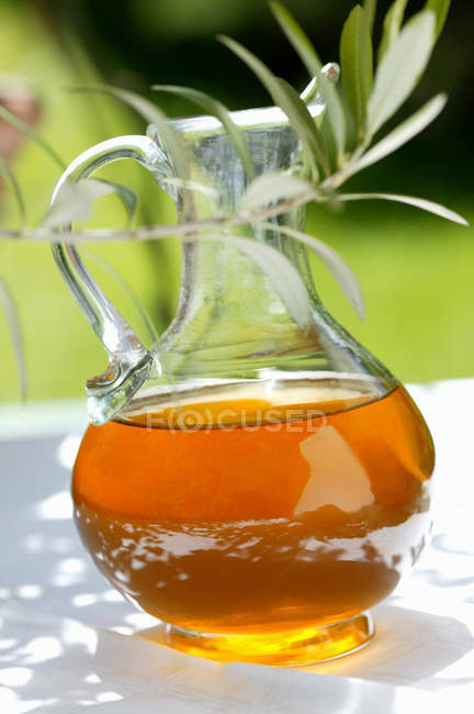 Azeite de oliva na jarra — Fotografia de Stock