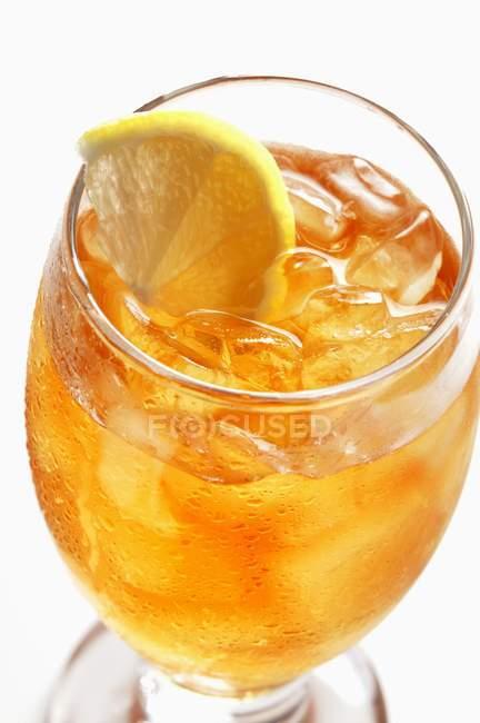 Bicchiere di tè freddo con limone — Foto stock