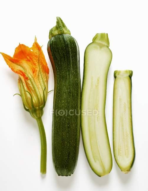 Целом и половина кабачки с цветком — стоковое фото