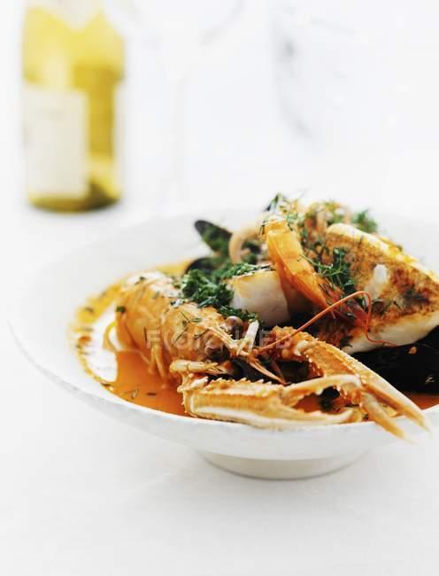 Plateau de poissons avec homard et moules — Photo de stock