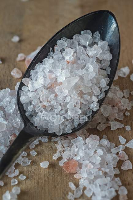 Кристалів солі на ложкою — стокове фото