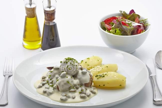Boulettes de viande en sauce blanche avec des pommes de terre salées — Photo de stock