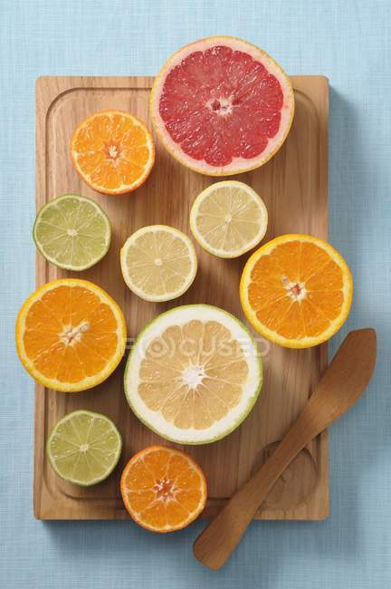 Halved citrus fruits — Stock Photo