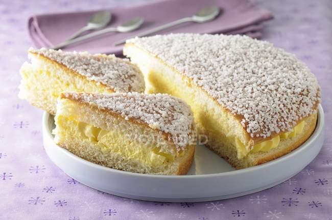 Традиционный французский пирог Tropzienne — стоковое фото
