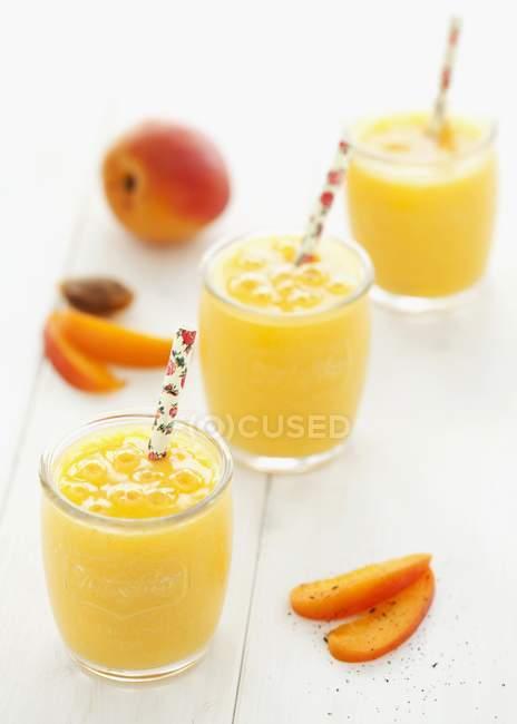 Абрикосовые и манговые коктейли — стоковое фото
