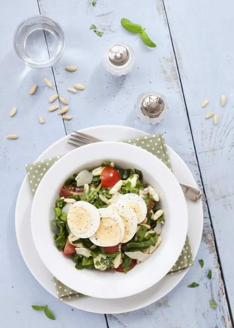 Салат из макарон с яичной флорентией — стоковое фото