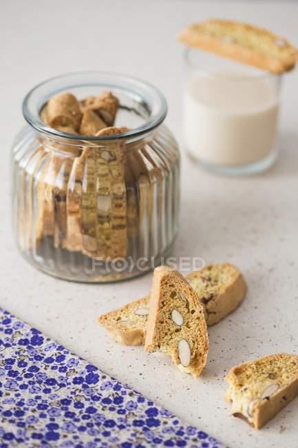 Primo piano Biscotto con mandorle in vaso — Foto stock