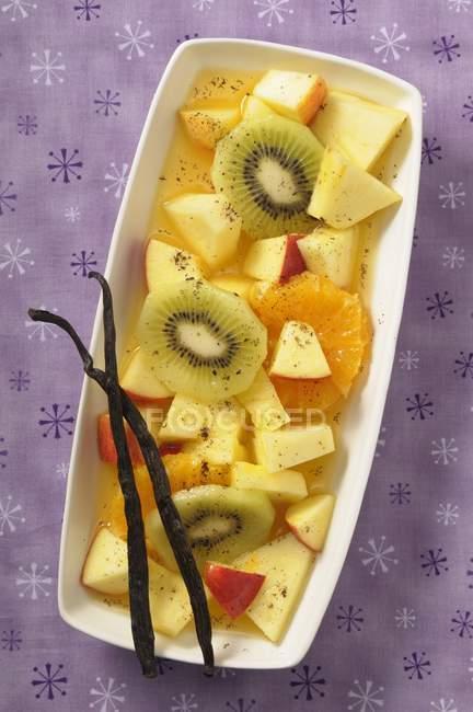 Primo piano vista dall'alto di insalata di frutta esotica con bacche di vaniglia — Foto stock