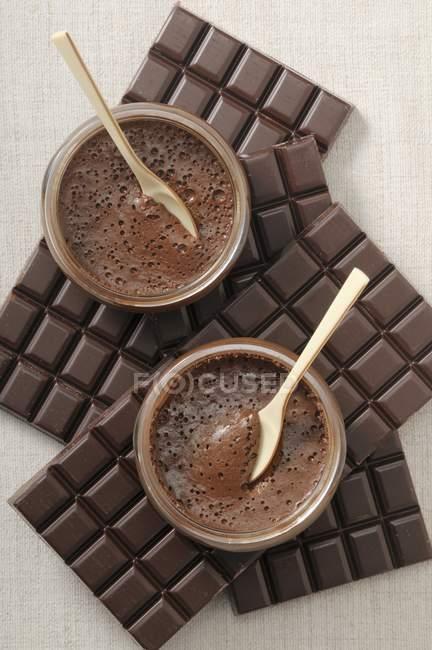 Вид зверху шоколадного крему в скляні чаші на Батончики шоколадні — стокове фото