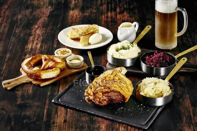 Страви та пиво на стіл — стокове фото