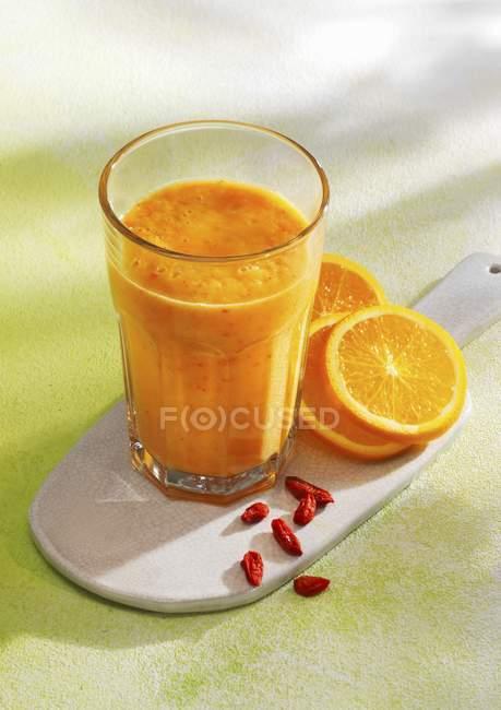 Smoothie aux oranges et baies de goji — Photo de stock