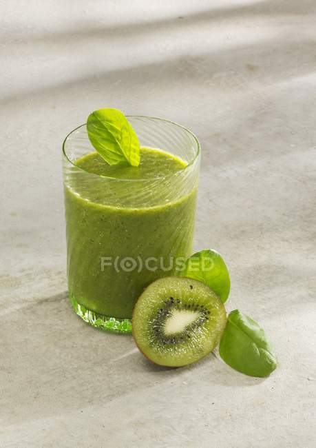 Smoothie aux épinards et kiwi — Photo de stock