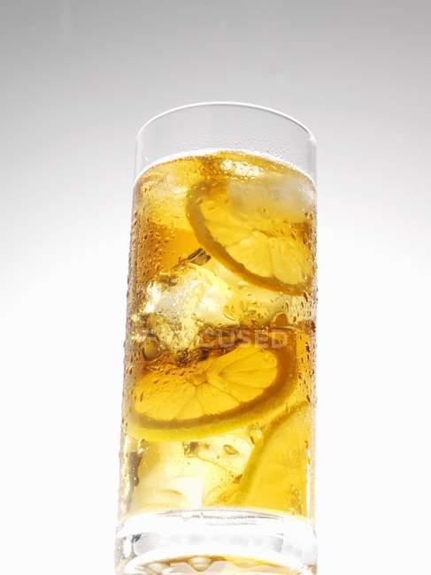 Tè freddo con limone in vetro — Foto stock