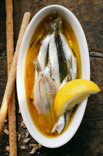 Маринованные сардины с лимоном — стоковое фото