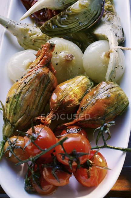 Antipasti-Platte mit mariniertem Gemüse auf weißen Teller — Stockfoto