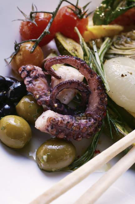 Antipasti-Platte mit mariniertem Gemüse und Oktopus — Stockfoto