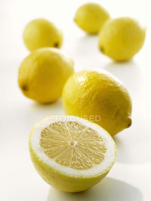 Limones frescos y maduros - foto de stock