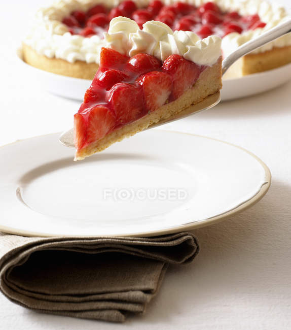 Pedazo de tarta de fresa - foto de stock