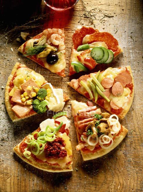 Штук піца з різними начинками — стокове фото