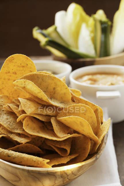 Tortilla chips dans un bol en bois — Photo de stock