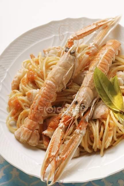 Spaghettis à la sauce tomate et des langoustines — Photo de stock