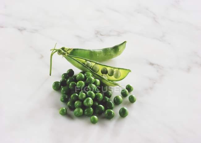 Свежий зеленый горошек с pod — стоковое фото