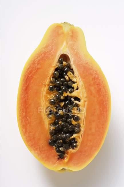 Половина из свежей папайи — стоковое фото