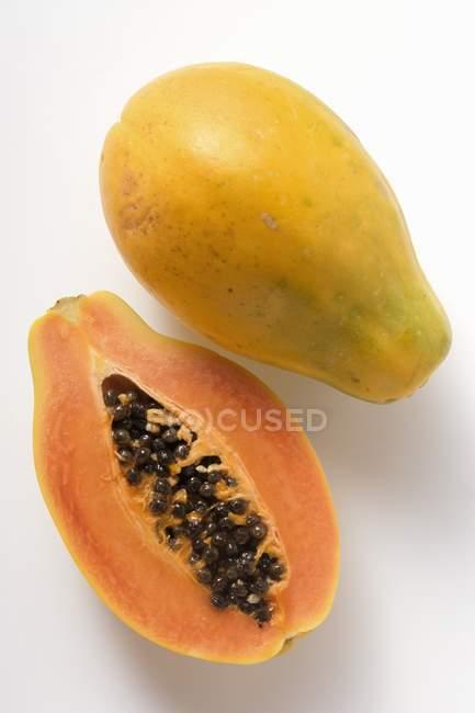 Целом и половина папайи — стоковое фото