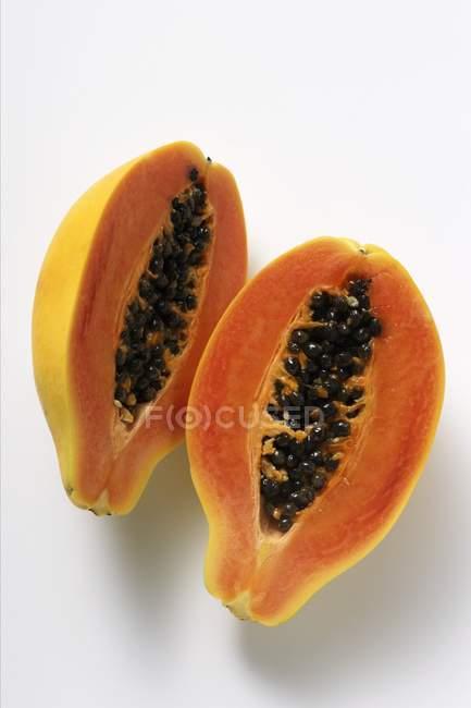 Две половинки папайи — стоковое фото