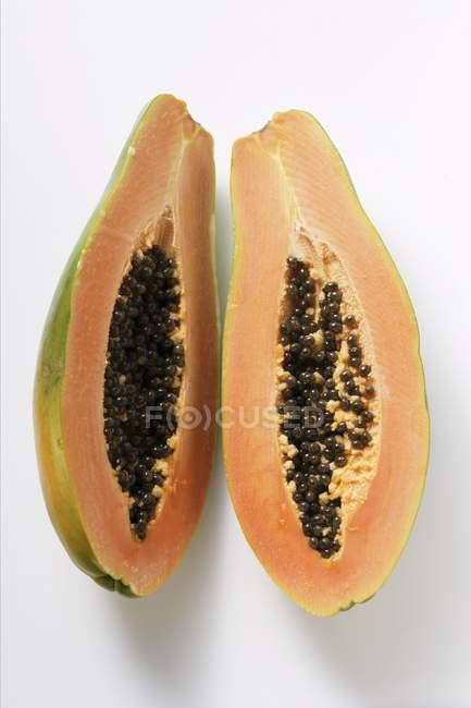 Вкусные наполовину папайи — стоковое фото