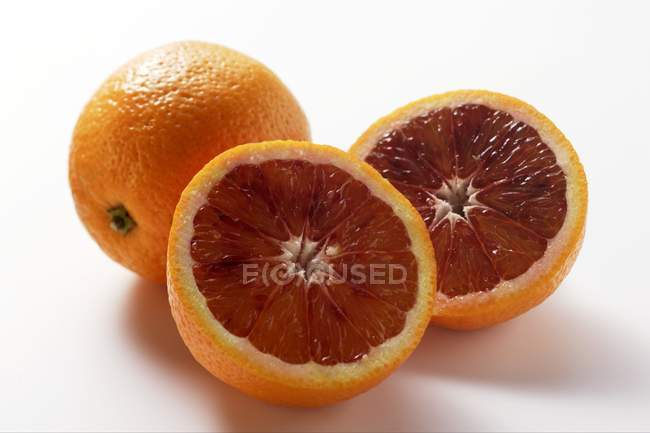 Naranjas enteras y medias de sangre - foto de stock