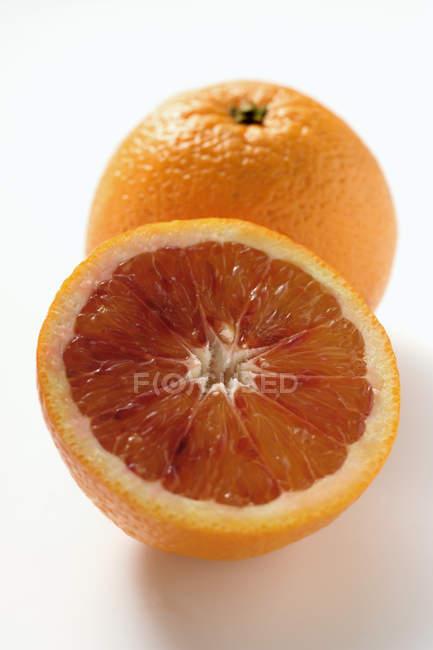 Naranja sangre con la mitad - foto de stock