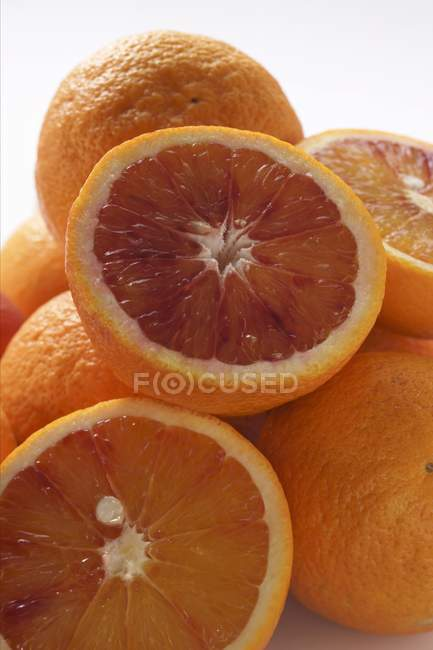 Whole and half blood oranges — Stock Photo