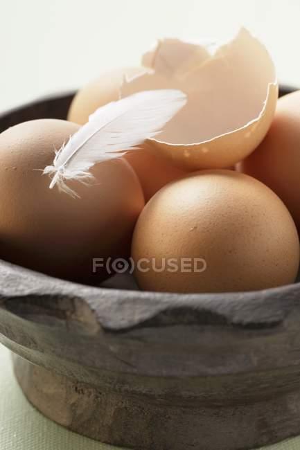 Faire revenir les œufs dans un bol en bois — Photo de stock