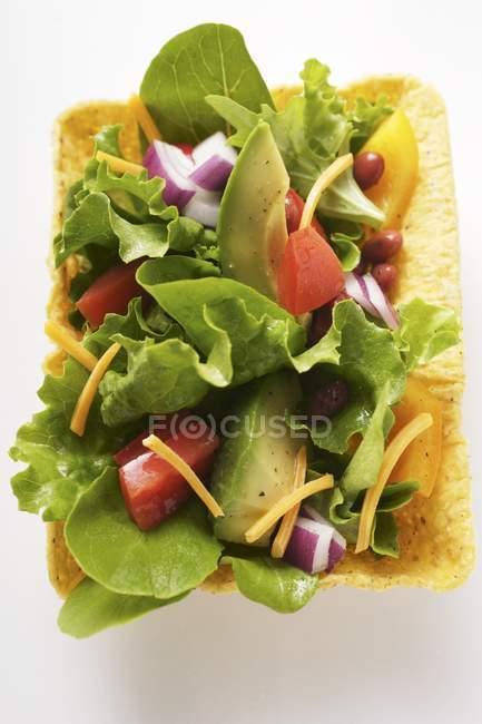 Salada mexicana com taco chips — Fotografia de Stock