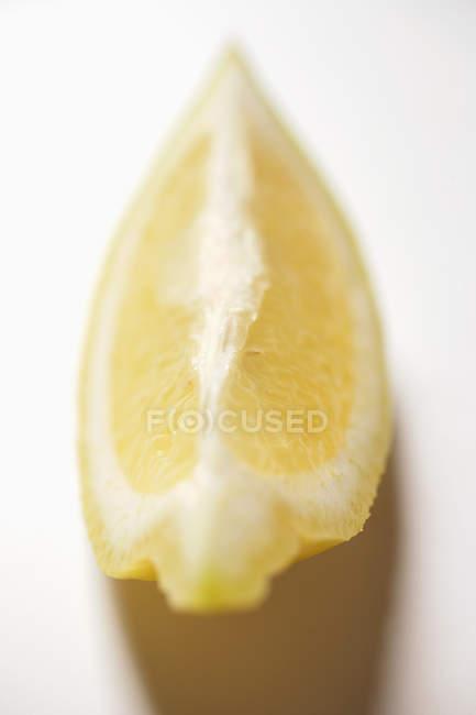Frischer Zitronenkeil — Stockfoto