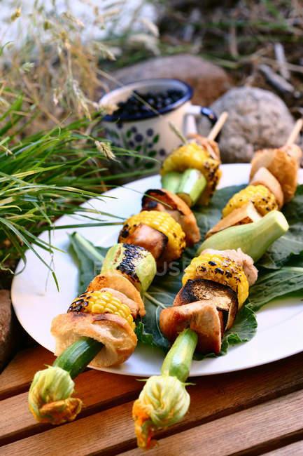 Индейки на гриле кебабы с кукуруза и овощи в открытом воздухе — стоковое фото