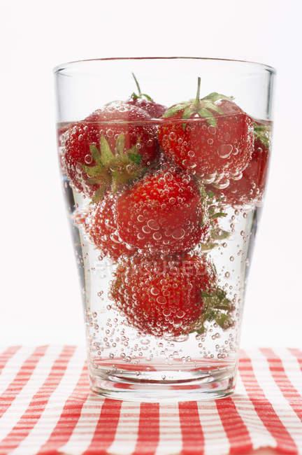 Bicchiere di punch alla fragola frizzante — Foto stock