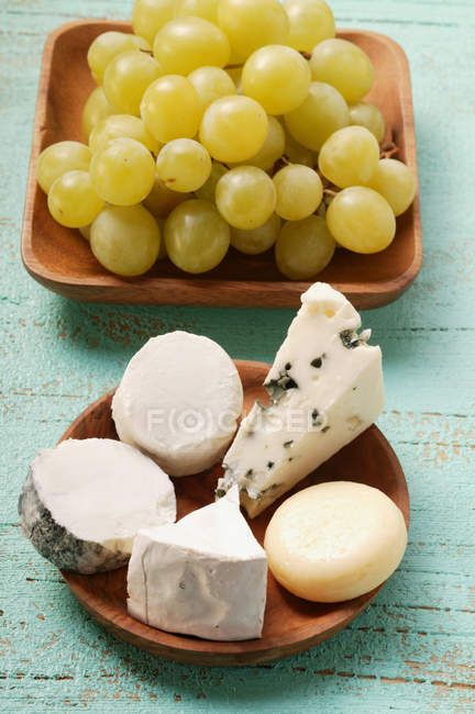 Pieces of cheese and green grapes — Stock Photo