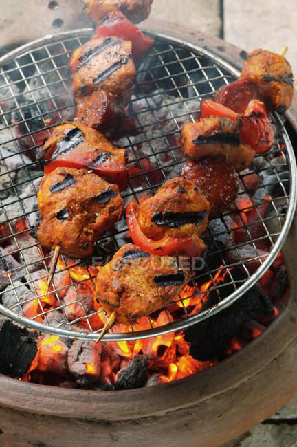 Пикантная свинина Шашлыки на гриле — стоковое фото
