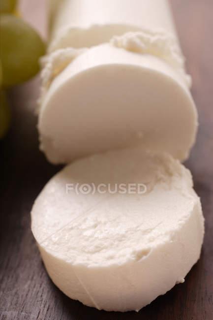 Козий сыр на деревянные поверхности — стоковое фото