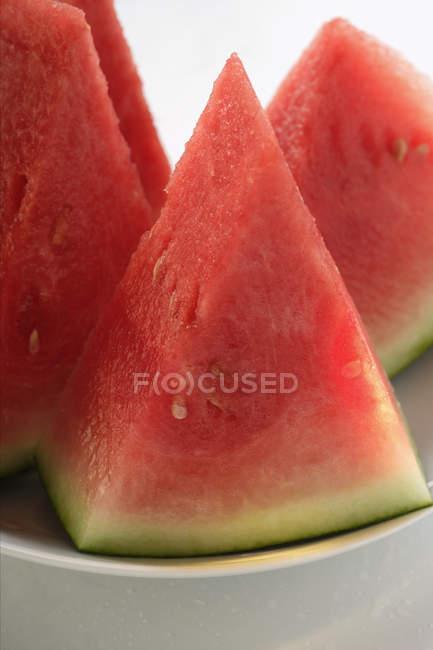 Cunhas de melancia na placa — Fotografia de Stock