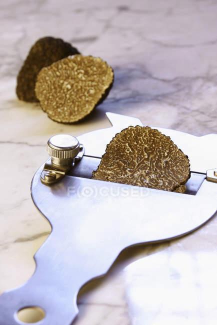 Частково нарізаний чорний трюфель — стокове фото