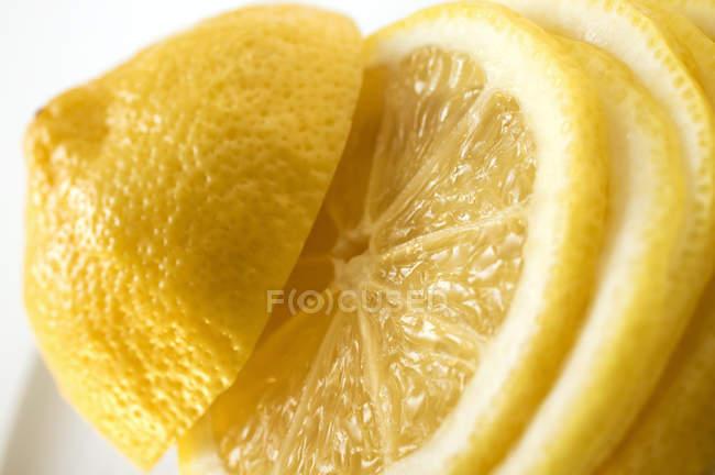 Frisch geschnittene Zitrone — Stockfoto