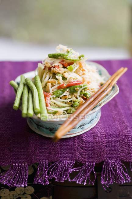 Papaya-Salat mit Bohnen und Krabben — Stockfoto