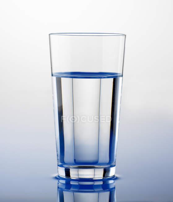 Склянку чистої води — стокове фото