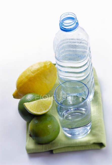 Бутылку и стакан минеральной воды — стоковое фото
